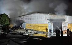 Dập lửa cả đêm tại kho chứa bông hơn 1.000m2 ở Thái Bình