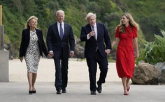 Vợ chồng ông Biden tặng xe đạp, mang tình yêu tới Anh