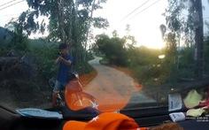 Người đàn ông ôm súng tự chế nhắm bắn ôtô người đi đường