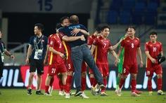 HLV Park Hang Seo ôm chặt Quế Ngọc Hải và Tấn Trường sau chiến thắng