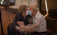 Ảnh người già vật lộn trong đại dịch COVID-19 giành giải báo chí Pulitzer 2021