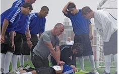 Vận động viên đổ gục khi đang thi đấu: Chuyện gì xảy ra?
