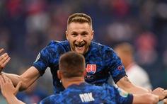 Mất người, Ba Lan bại trận trước Slovakia