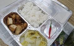 Bữa cơm trong khay giấy bạc