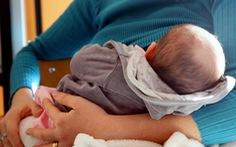 Sữa của bà mẹ mắc COVID-19 không có virus mà còn cung cấp kháng thể