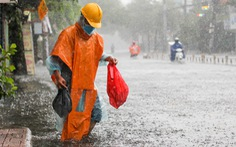 TP.HCM ngập sau mưa nặng hạt, rác nổi lềnh bềnh