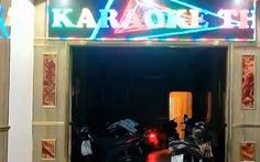 Quán karaoke bên ngoài cửa đóng then cài, bên trong nhân viên múa thoát y