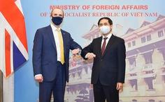 Bộ trưởng Bùi Thanh Sơn đề nghị Anh xem xét chuyển giao công nghệ vắc xin COVID-19 cho Việt Nam