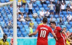 Lewandowski 'trả giá' với cú đánh đầu dội xà trước... khung thành trống
