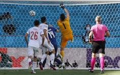Tự đập bóng vào lưới nhà, thủ môn Slovakia bị chế ảnh đang chơi... bóng chuyền