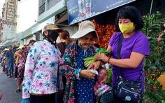 Ấm áp phiên chợ 0 đồng và những suất cơm giúp bà con nghèo mùa dịch