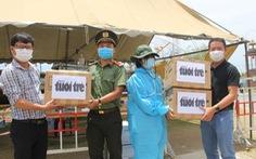 1.500 tấm chắn nước bọt của bạn đọc Tuổi Trẻ cho các chốt chống dịch ở Đà Nẵng và Quảng Nam
