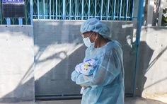 Em bé 10 ngày tuổi theo bà vào khu cách ly COVID-19