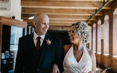 Chuyện tình đẹp ở Mỹ: Bệnh nhân Alzheimer cầu hôn lại vợ mình