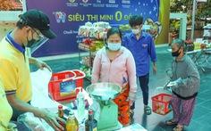 Người nghèo tay xách nách mang đi siêu thị mini 0 đồng