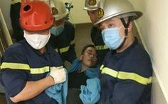 Giải cứu nam thanh niên mắc kẹt đầu vai trong thang máy chuyển đồ ăn