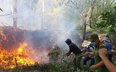 Cháy rừng cạnh doanh trại quân đội, Huế huy động gần 1.000 người chữa cháy