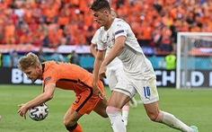 Pha chơi bóng bằng tay lộ liễu của trung vệ đắt giá nhất thế giới khiến Hà Lan bị loại