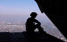 Trực thăng Mỹ bay sát tòa nhà, dân Tokyo liên tục khiếu nại chính quyền