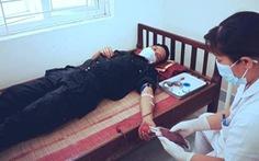 Bộ trưởng Bộ Y tế tặng bằng khen cho 2 cảnh sát hiến máu cứu trẻ giữa tâm dịch