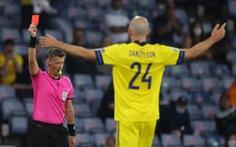 Pha vào bóng 'rợn người' của trung vệ Thụy Điển khiến cầu thủ Ukraine chấn thương nặng