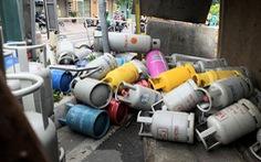 Lật xe chở gas, hàng chục bình gas văng xuống đường Phạm Văn Đồng