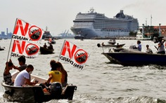 Người dân Venice xua đuổi du thuyền khỏi thành phố