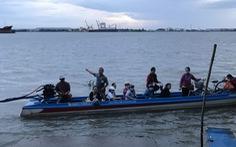 Công nhân chèo xuồng băng sông Hậu đi làm