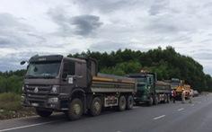 3 tài xế xe tải cố thủ trong xe suốt 3 tiếng khi bị kiểm tra lỗi cơi nới thùng xe