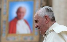 Đức Giáo hoàng Francis đã đi lại được sau ca mổ cắt ruột