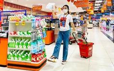 Đội tình nguyện viên đi siêu thị giùm người dân