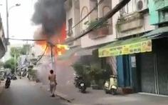 TP.HCM: Cháy nhà dưới cầu Chánh Hưng, phát ra nhiều tiếng nổ