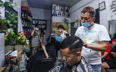 Đàn ông Hà Nội chạy đua đi cắt tóc trước giờ G