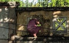 Nữ bệnh nhân COVID-19 leo tường rào ra ngoài bệnh viện… hái lá nấu nước xông