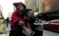 Video người mẹ trên tòa nhà cháy thả con xuống nhờ đám đông bên dưới chụp lấy cứu sống