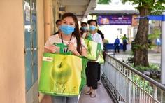 Sinh viên Lào, Campuchia và công nhân vui với những giỏ quà nghĩa tình mùa dịch