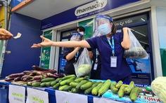 Cửa hàng mỹ phẩm, đồ trẻ em, nhà thuốc ra vỉa hè bán rau quả