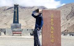 Blogger du lịch Trung Quốc 'bay màu' vì check-in với bia mộ