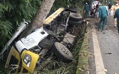 Xe chở nhựa đường lọt mương nước trên đèo Bảo Lộc, 2 người chết