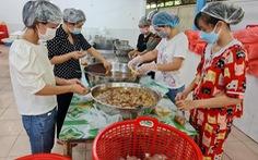 Thầy cô giáo vào bếp nấu 800 suất ăn bằng gạo ST25 gửi nơi cách ly