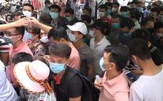 Hà Nội: Hàng trăm người chen lấn để xét nghiệm COVID-19