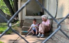 Tình bạn đặc biệt giữa cậu bé 2 tuổi và cụ bà 99 tuổi giữa đại dịch