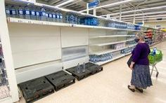Anh không cách ly nhân viên siêu thị để giữ vững chuỗi cung ứng