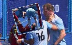 Nghĩ đối thủ vờ chấn thương câu giờ, cầu thủ dùng gậy đánh đầu đối thủ