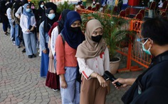 Indonesia gia hạn nhưng nới lỏng các hạn chế phòng COVID-19