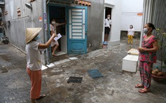 TP.HCM gõ cửa từng nhà phát phiếu đi chợ cho người dân