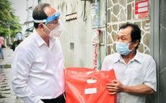 Phó bí thư Thành ủy TP.HCM Nguyễn Hồ Hải thăm người mua ve chai, bán vé số