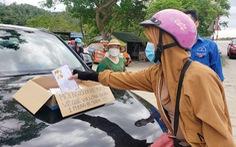 Phong bì 500.000 đồng và cửa hàng '0 đồng' tiếp sức người từ Nam về quê