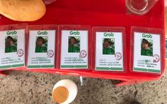 Một người giao hàng mua 6 thẻ 'hành nghề' Grab giả để 'thông chốt'