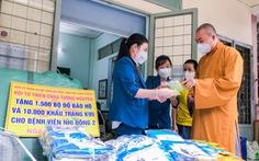 Bệnh viện Nhi đồng 2 nhận khẩu trang và đồ bảo hộ do thiền tự Tường Nguyên tặng